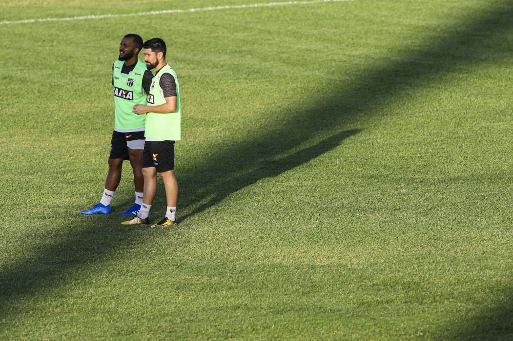 Samuel Xavier (à esquerda) volta ao time titular contra o Cruzeiro.