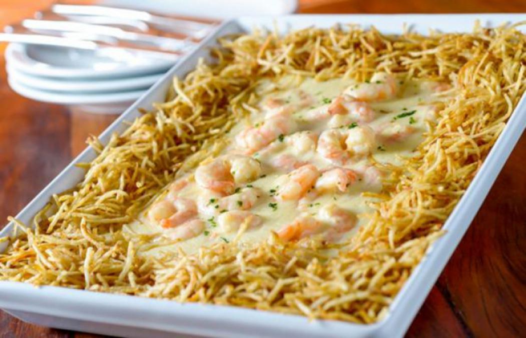 O Camarão Internacional, na foto, é um dos pratos mais pedidos em todas as unidades do Coco Bambu em Fortaleza. Restaurante funciona nesta sexta