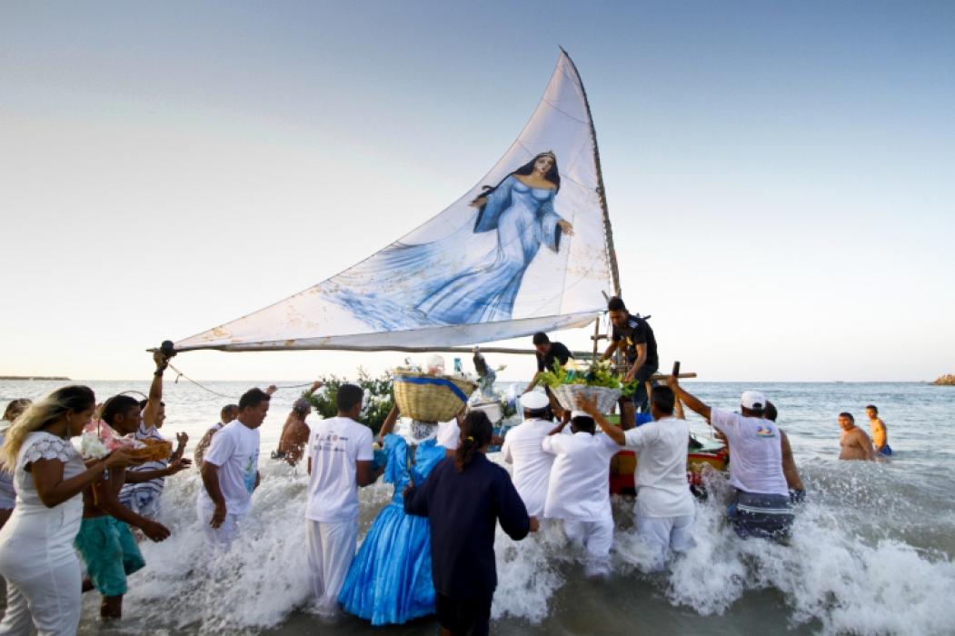 IEMANJÁ foi festejada na Praia de Iracema, com oferendas levadas ao mar em jangada (Foto: Tatiana Fortes)