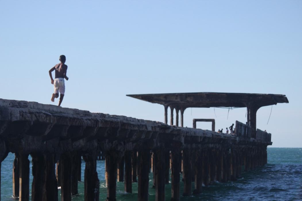 FORTALEZA, CE, BRASIL, 17-06-2016: Moradores da comunidade do Poço da Draga, caminham na Ponte Metálica, na Praia de Iracema. Especial Pontes em Fortaleza. (Foto: Mateus Dantas/O POVO)