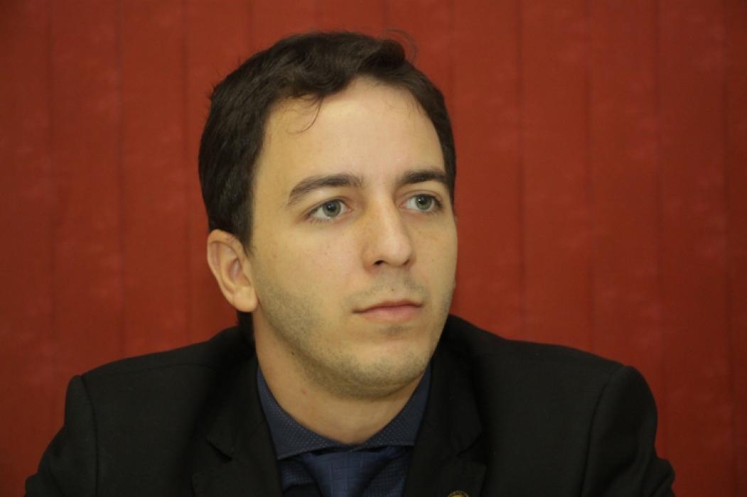 Célio Studart faz sérias críticas à postura do ministro da Economia, diante da responsabilidade do cargo que exerce