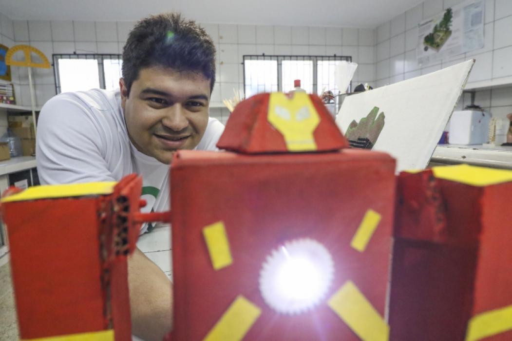 Professor André Cardoso dá aula de robótica sustentável em escola pública do Estado