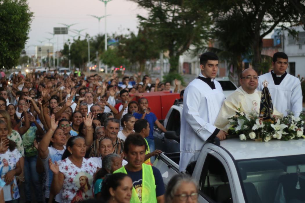 Católicos fizeram procissão no bairro Cristo Redentor para homenagear Nossa Senhora Aparecida