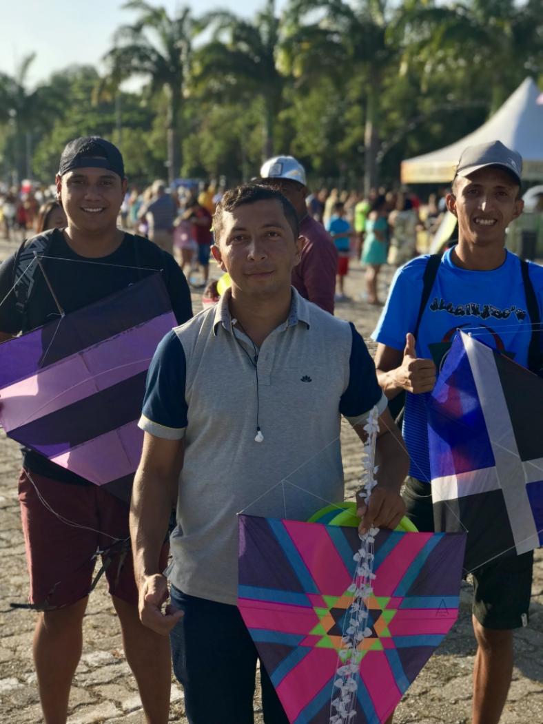 Os pipeiros João Carlos Farias dos Santos (meio), João Felipe Ramos Alves (à esq.) e Márcio Lopes Vieira (à dir.) foram à Revoada de Pipas fazer demonstrações no ar.