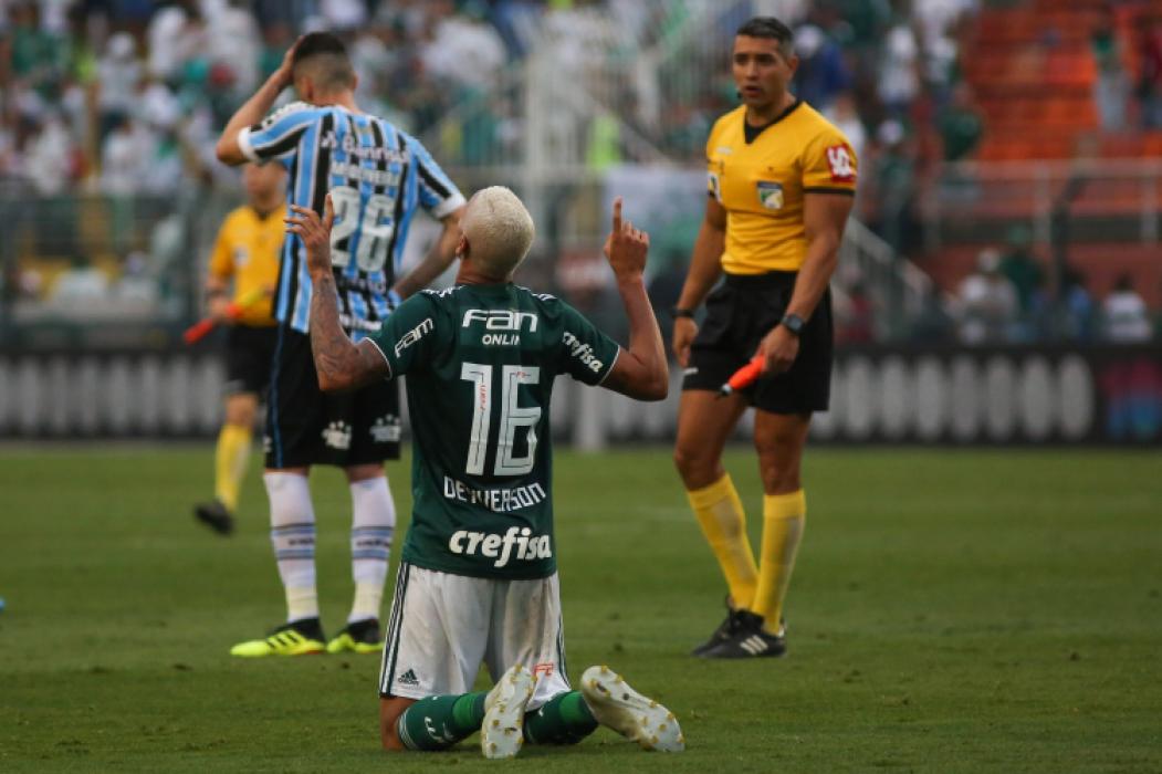 Deyverson comemora após a partida entre Palmeiras x Grêmio, realizada no estádio do Pacaembu, válida pela 29ª rodada do Campeonato Brasileiro 2018.