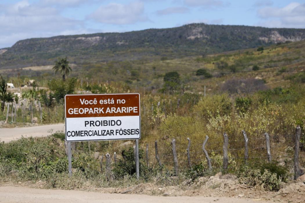Placa reforçando a proibição de contrabando de fósseis na Chapada do Araripe (Foto: TATIANA FORTES)