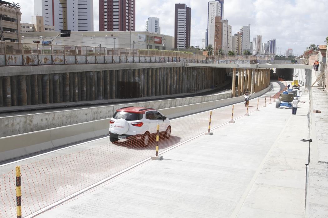 ?UMA FAIXA do túnel longitudinal da Via Expressa foi liberada no sentido praia-centro