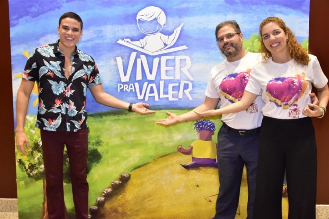 cantor Marcos Lessa,com Edson Queiroz Neto e Ticiana Rolim Queiroz, realizou show beneficente no Teatro RioMar, com renda revertida para o projeto