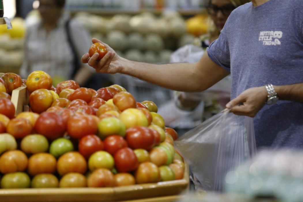 FORTALEZA, CE, BRASIL, 04-08-2017: Movimento de pessoas em supermercado. Baixa de valores em supermercados. (Foto: Tatiana Fortes/O POVO) *** Local Caption *** Publicada em 06/04/2018 - FAR 03