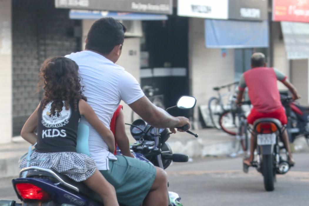 FORTALEZA, CE, BRASIL, 01-11-2018: Motoristas e Motociclista não abilitados no Ceará. Flagrar motociclistas conduzindo as motos de chinelas e sem capacete caracterizando uma falta de instrução, assim fazendo a infração de transito por falta de instrução. (Foto: Aurélio Alves/O POVO)