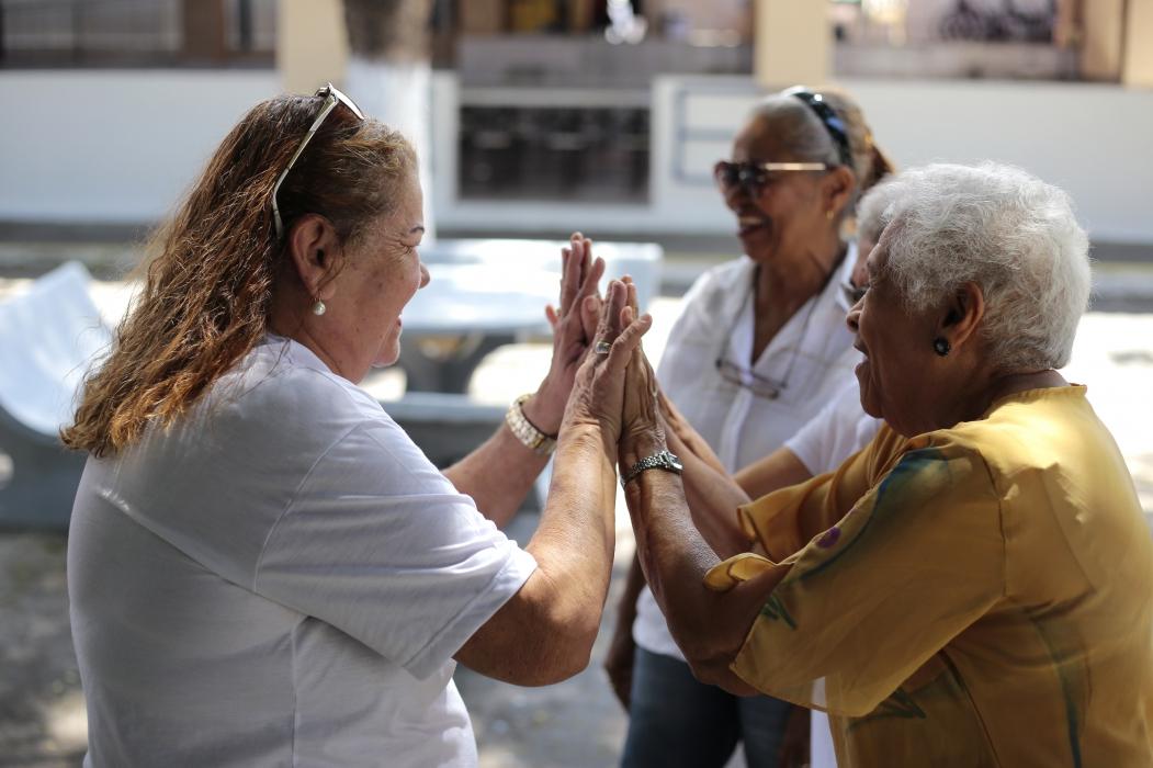 FORTALEZA, CE, BRASIL, 08-10-2018: Malu Justa, 64, aposentada, conversa com idosos no pátio do Lar Torres de Melo. Malu Justa é aposentada há três anos e faz trabalho social com idosos.