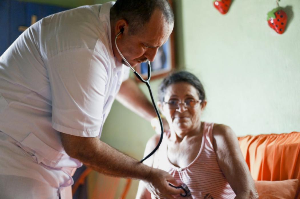 Médico cubano em atendimento, na cidade de Reriutaba
