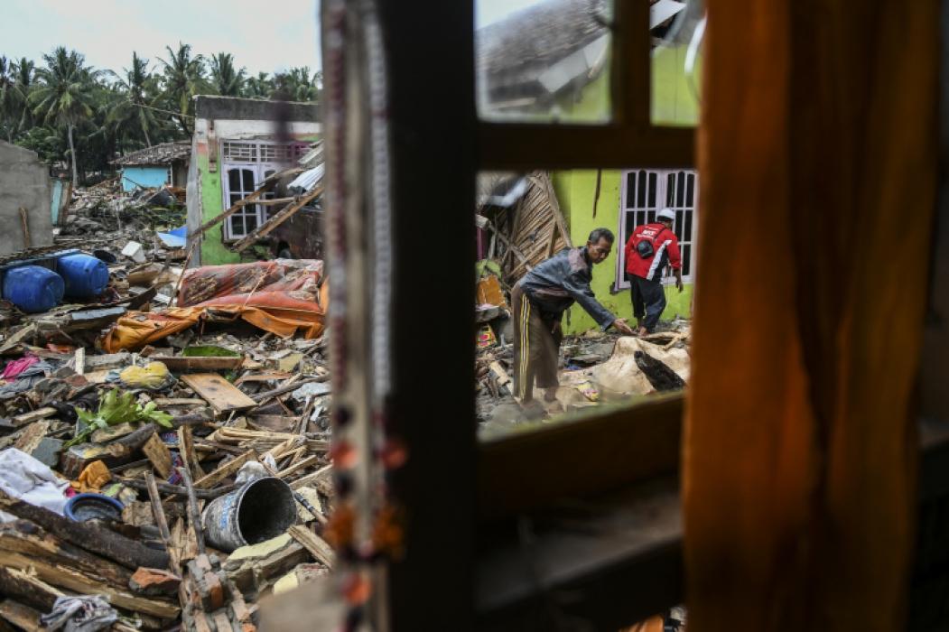 ?Moradores procuram seus pertences em Rajabasa após tsunami causado pela erupção do Krakatoa