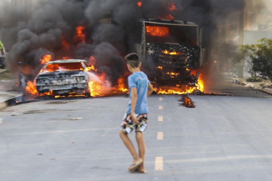 Veículos foram incendiados ontem no Conjunto Palmeiras