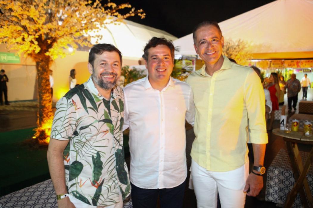 Élcio Batista, Samuel Dias e Régis Medeiros no Réveillon de Fortaleza, que reuniu milhares de pessoas na Praia de Iracema