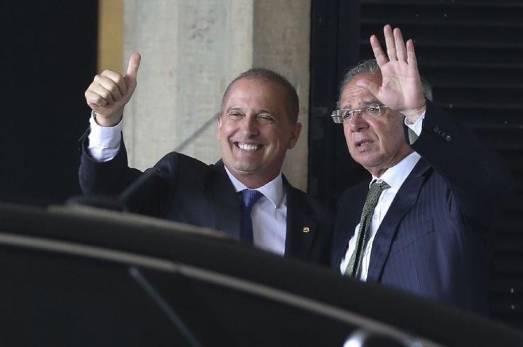 Onyx Lorenzoni, à esquerda, assume o Ministério do Trabalho, retirando parte do poder do ministro da Economia Paulo Guedes, à direita (Foto: Valter Campanato/Agência Brasil)