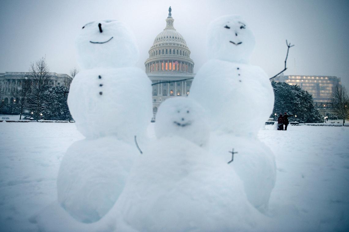 Bonecos de neve enfeitam a frente do Capitólio - sede do Parlamento americano - após uma tempestade de neve que caiu sobre Washington no último domingo. Em vários pontos da cidade, moradores da capital americana tiveram que encarar, além do frio, camadas de neve com vários centímetros de espessura. (Photo by Brendan Smialowski / AFP)       Caption
