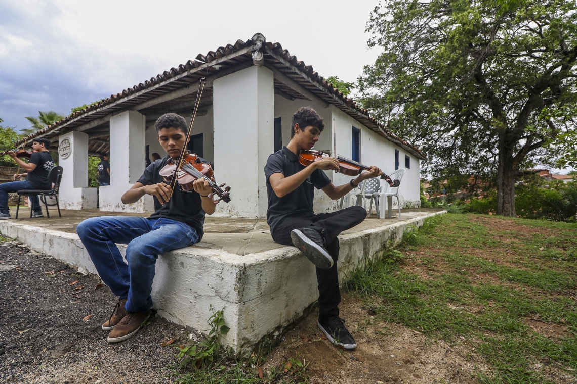 Fortaleza, CE, Brasil, 15-01-2019: Janderson Carlos e Francisco Anderson. Casa de Rodolfo Teófilo abriga Orquestra Pajuçara. (Foto: Mateus Dantas / O POVO)