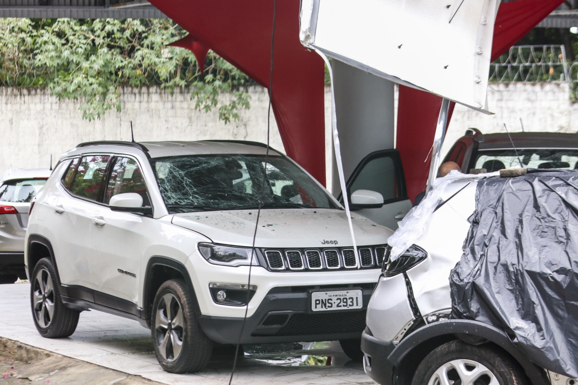 FORTALEZA, CE, BRASIL, 12-01-2019: Concessionária de carros na avenida Washington Soares foi atacada a bomba supostamente por facções criminosas. (Foto: Alex Gomes / O Povo)