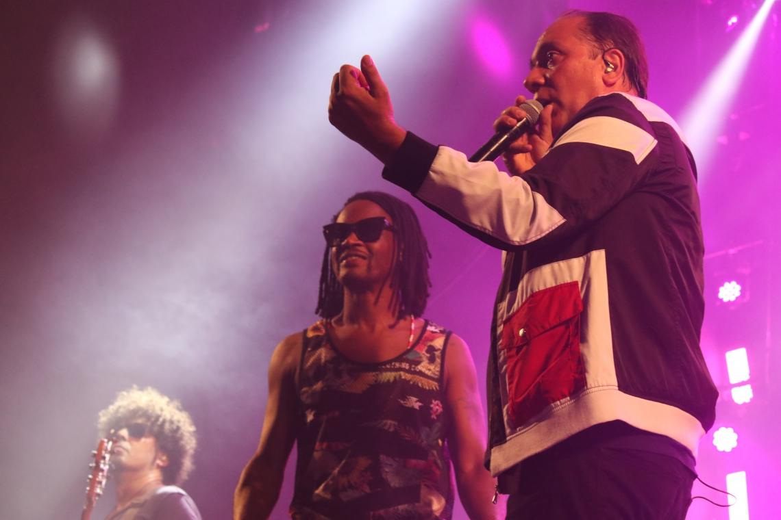 Toni Garrido surpreendeu o público em aparição durante o show de Biquini Cavadão