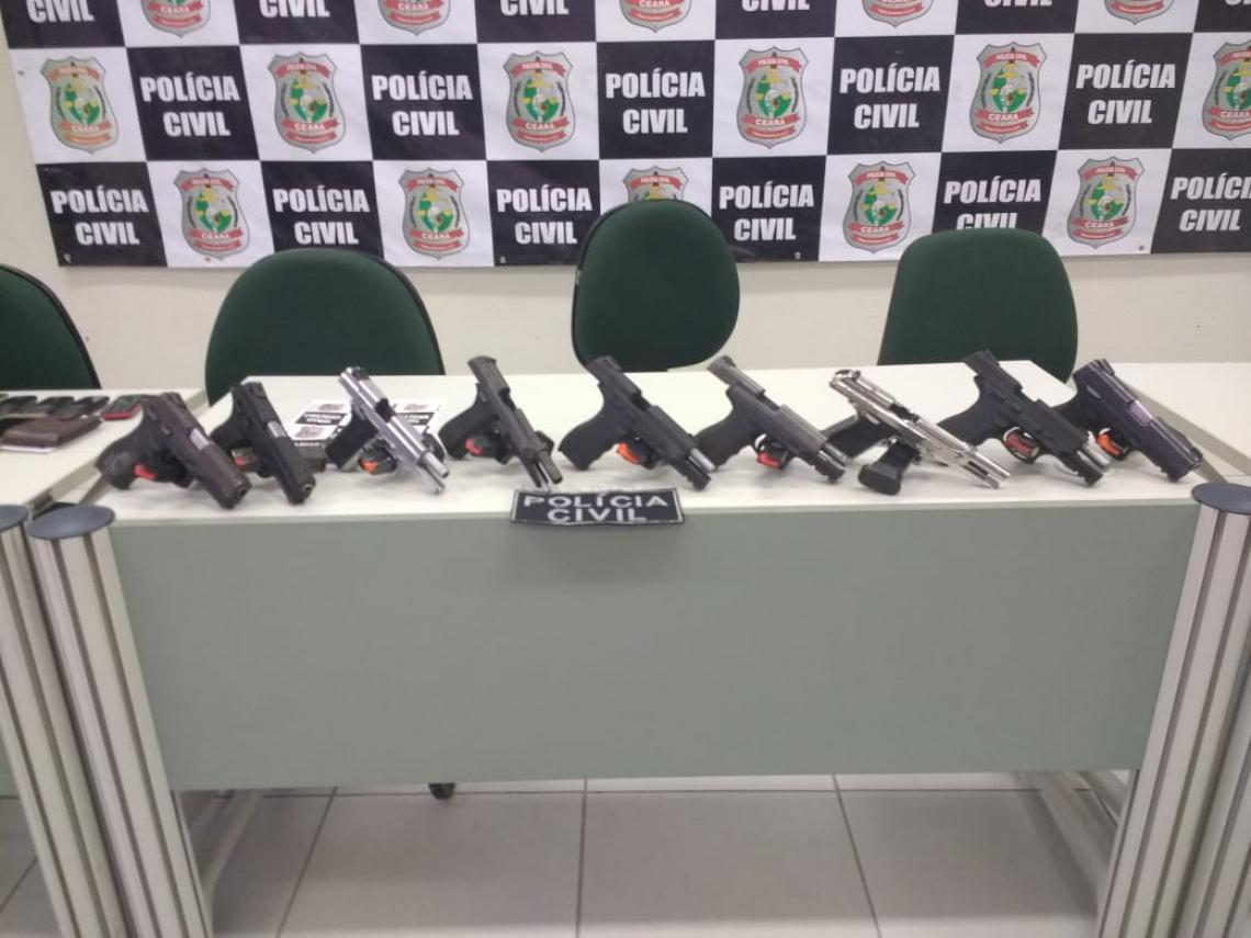 Com o suspeito, foram apreendidas nove pistolas.