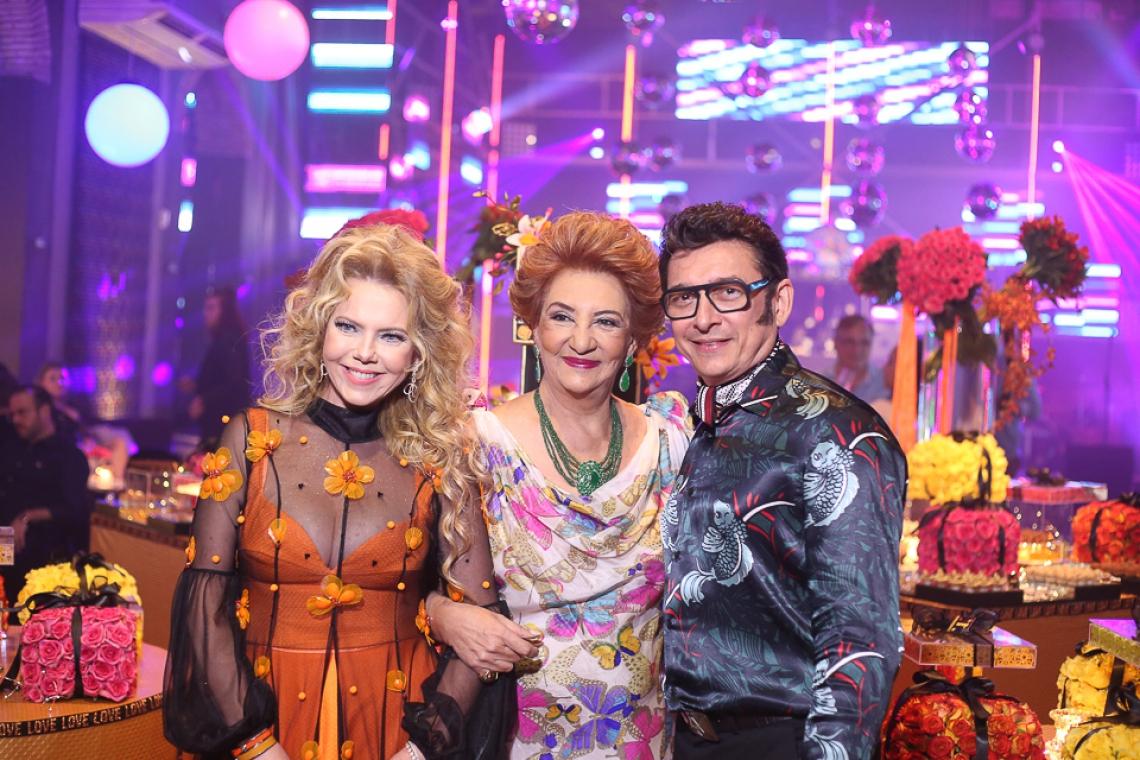 Branca e Racine Mourão emoldurando Teresa Borges