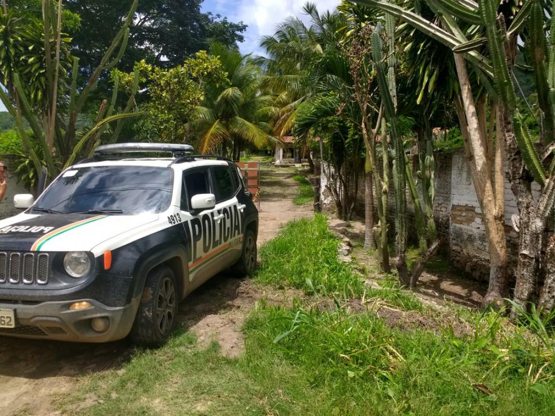 Criminosos foram mortos em sítio vizinho a escola onde assaltaram na noite anterior