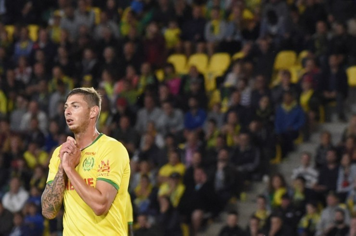 (FILES) This file photo taken on August 25, 2018  shows Nantes' Argentinian forward Emiliano Sala at La Beaujoire stadium in Nantes, western France, on August 25, 2018. - Cardiff striker Emiliano Sala was on board of a missing plane that vanished from radar off Alderney in the Channel Islands according to  French police sources on January 22, 2019. (Photo by SEBASTIEN SALOM GOMIS / AFP)