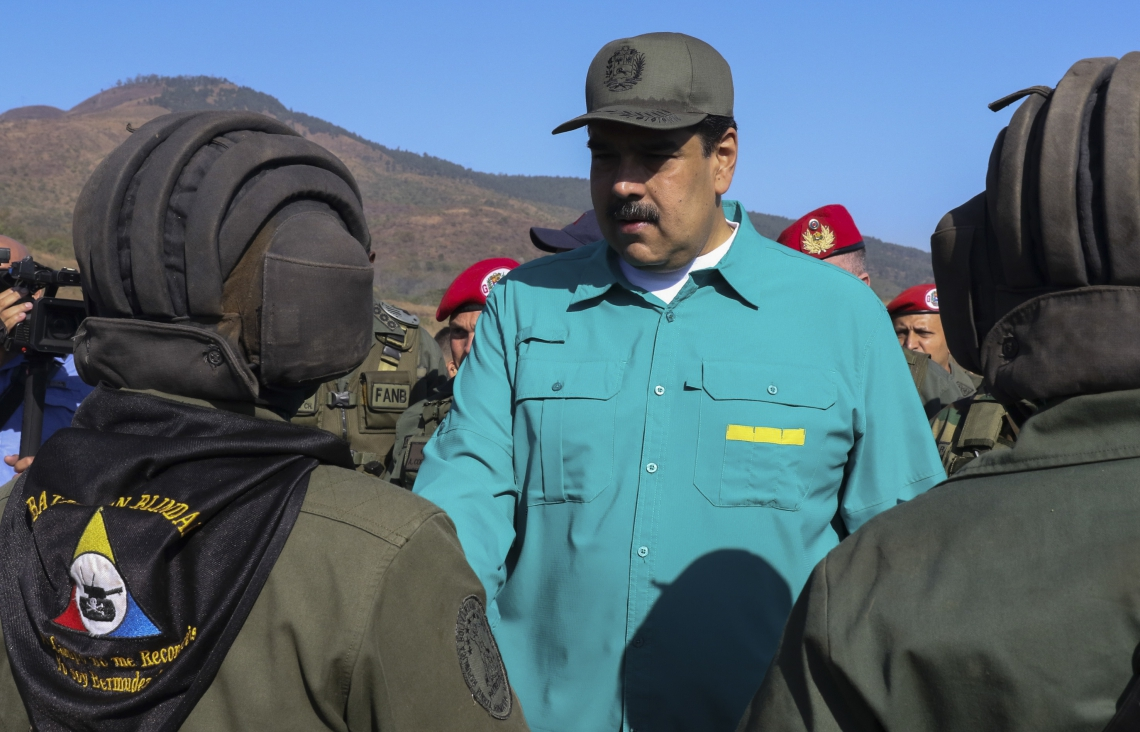 Handout picture released by the Venezuelan presidency showing Venezuela's President Nicolas Maduro (C) shaking hands with tank operators during military exercises at Fort Paramacay in Naguanagua, Carabobo State, Venezuela, on January 27, 2019. - Maduro on Sunday rejected a European ultimatum that he call elections as opposition rival Juan Guaido stepped up appeals to the military to turn against the leftist government. (Photo by Marcelo GARCIA / Venezuelan Presidency / AFP) / RESTRICTED TO EDITORIAL USE - MANDATORY CREDIT