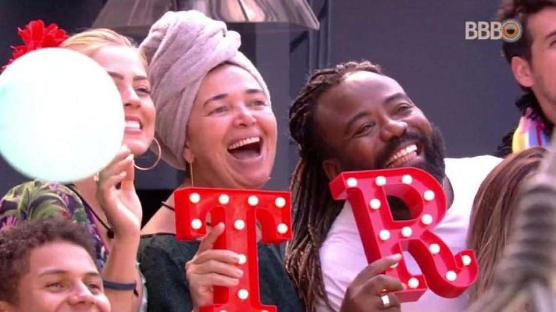Tereza e Rodrigo ganham festa surpresa no BBB19. (Foto: Reprodução/Globoplay)
