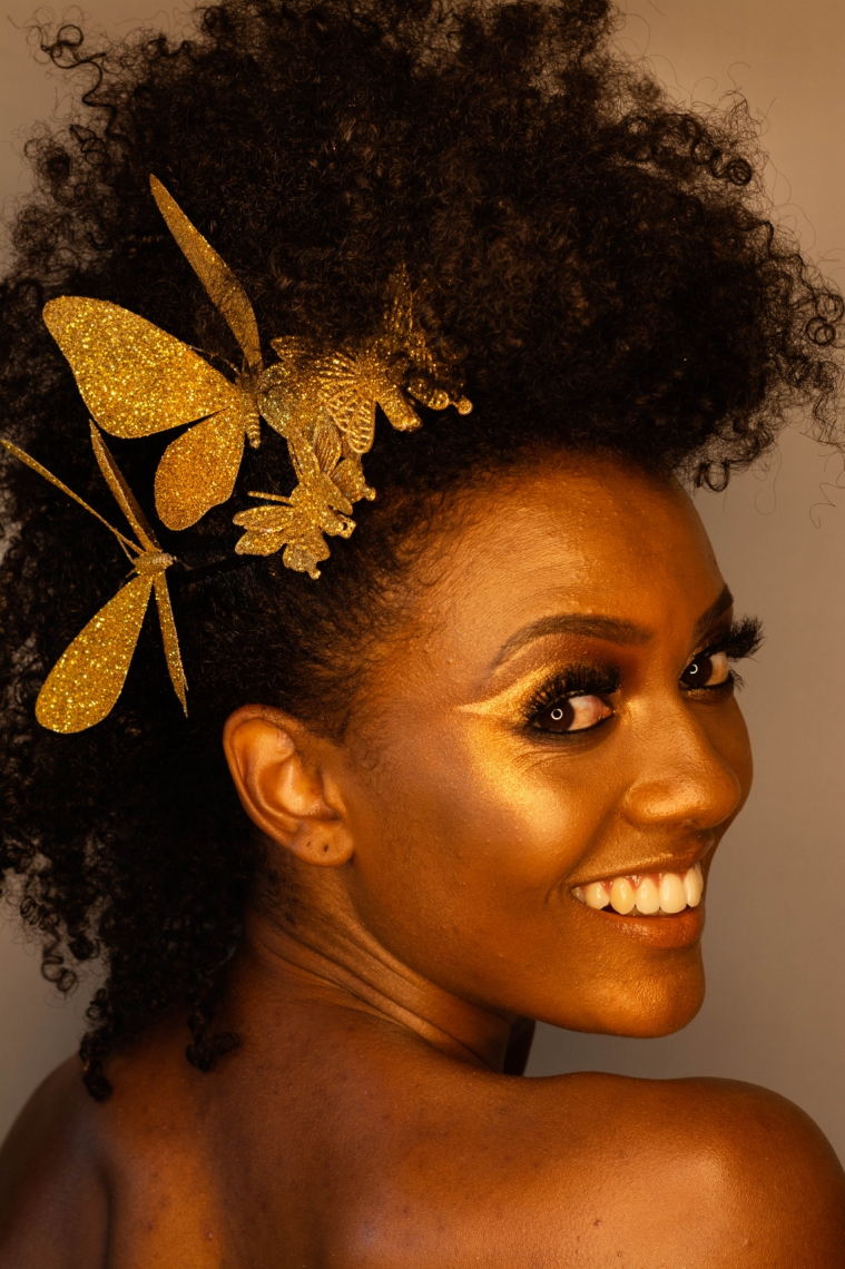 DOURADO_Maquiador Felipe Moreira, que tive o prazer de entrevistar para nossa live Pause Moda & Beleza, do O POVO Online, transformou-se em uma rainha dourada e nos ensina os truques: