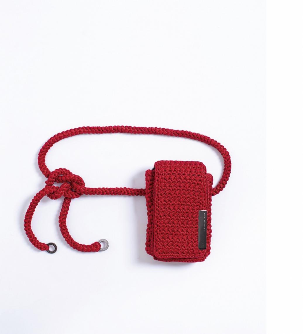 Neckbag    Pochete Voa_É o novo shape da Catarina Mina, super versátil, pode ser usada como shoulder bag e como belt bag. Feita à mão de crochet com fios acetinados. Amei a vermelha (foto)! R$ 319 no site