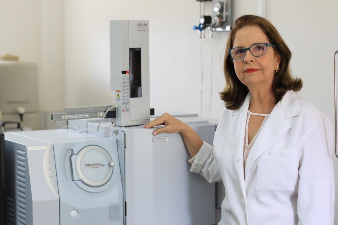 PROFESSORA Selene Maia de Morais, no Laboratório de Produtos Naturais da Uece