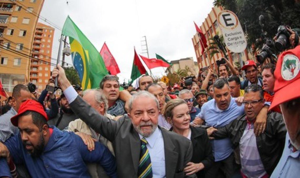 2017-05-10- Curitiba- PR, Brasil- O ex-presidente Lula é recebido por movimentos sociais ao chegar no prédio da Justiça Federal em Curitiba..Foto: Ricardo Stuckert