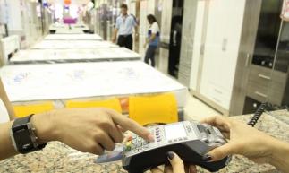 FORTALEZA, CE, BRASIL, 02-10-2014: Consumidor passa cartão de crédito em maquineta (cielo) de loja. Cadastro Positivo nas lojas do Centro. (Foto: Evilázio Bezerra/O POVO) *** Local Caption *** Publicada em 13/01/2015 - EC 18