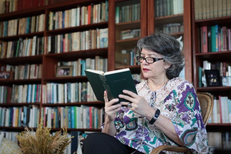 Escritora vê a leitura como uma forma de alívio para a mente. (Foto: Sara Maia, em  02/03/2012)