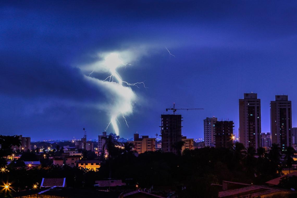 FORTALEZA, CE, BRASIL, 21-04-2013: Vista de raios e prédios na madrugada, durante chuva na cidade. Raios em Fortaleza, cidade registra a maior chuva do ano, 62mm. (Foto: Fco Fontenele/O POVO)