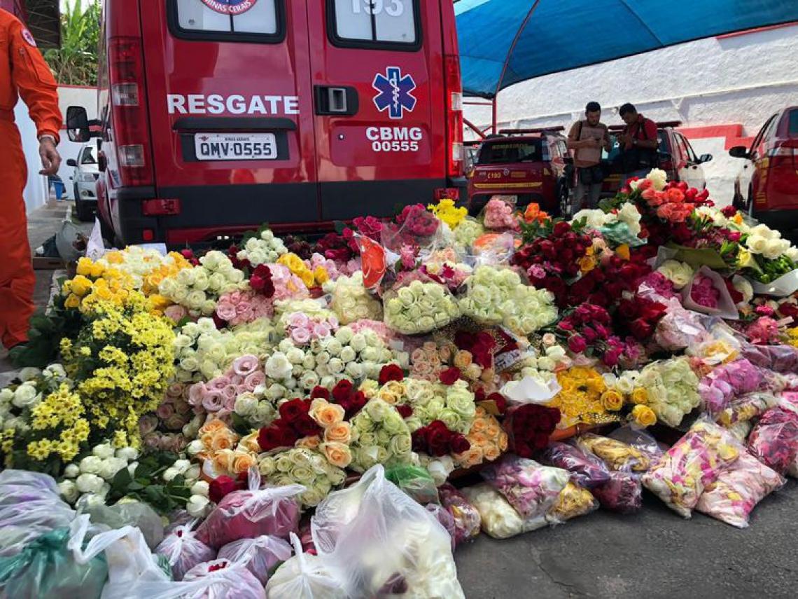 Flores deixadas pelos agentes que ajudaram nas buscas por sobreviventes em Brumadinho - MG