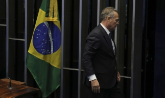 Senador Renan Calheiros anuncia desistência da sua candidatura e deixa o plenário (Fabio Rodrigues Pozzebom/Agência Brasil)
