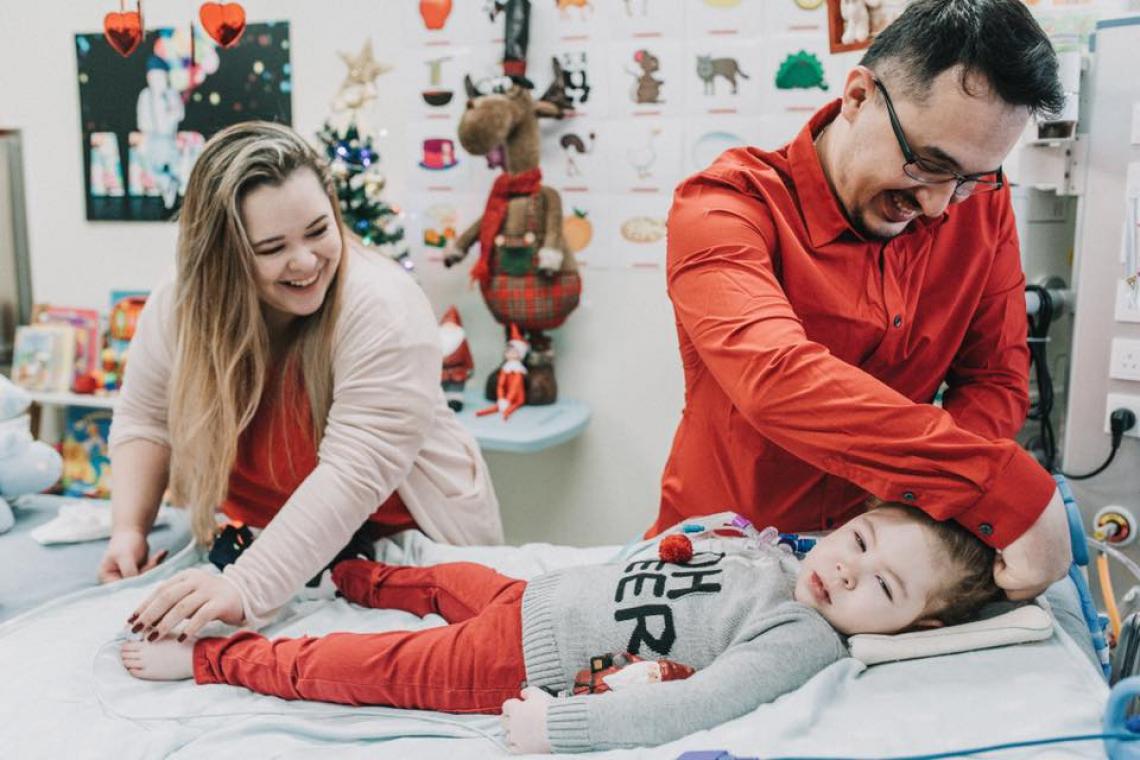Aaron com seus pais: cirurgia permitirá  que o menino saia do hospital pela primeira vez