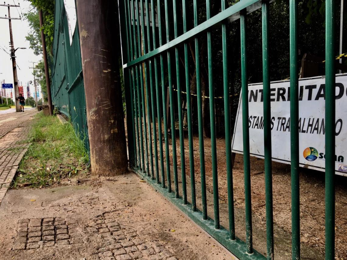 Placa de interdição sinaliza bloqueio de acesso a portão de trilha no Parque do Cocó
