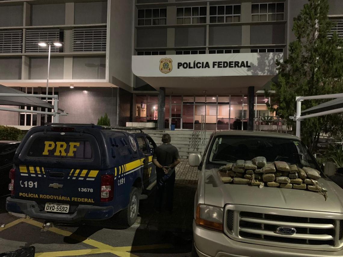 O homem, a droga e o veículo foram encaminhados à Polícia Federal (Foto: divulgação/ Polícia Rodoviária Federal)