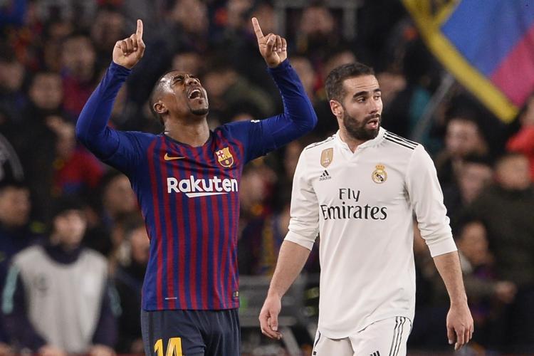 O brasileiro Malcom (à esquerda) comemora gol de empate do Barcelona contra o Real Madrid (Foto: Josep LAGO / AFP)