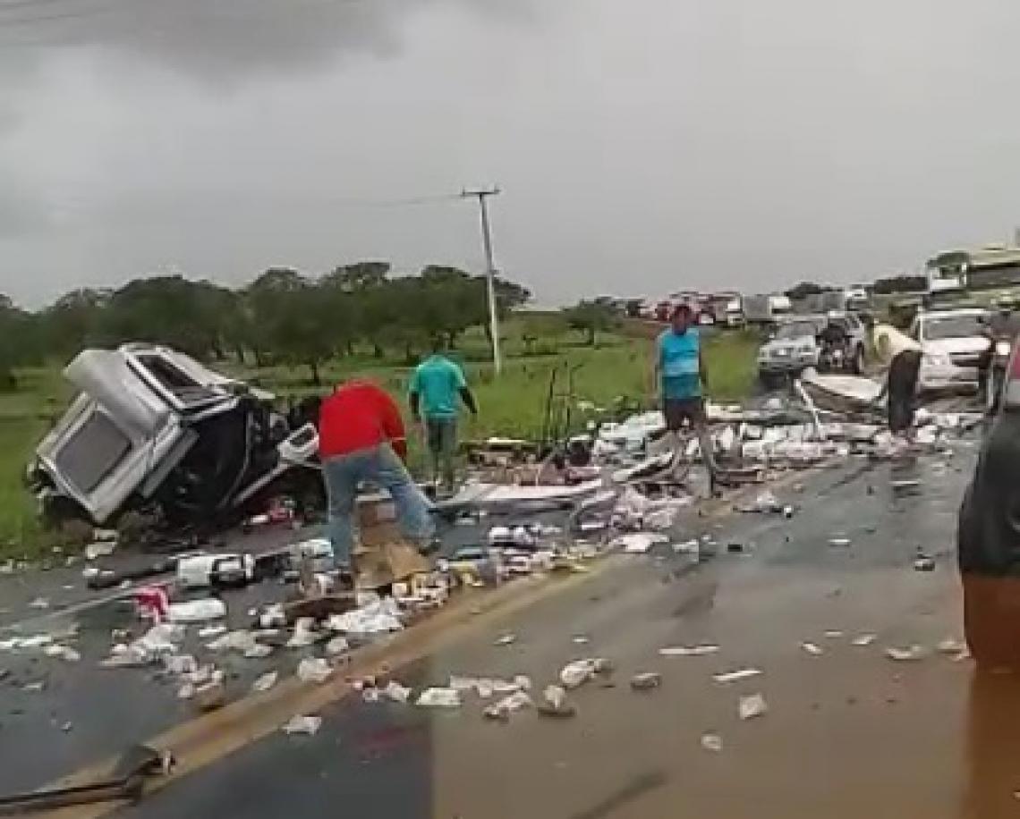 Acidente aconteceu na BR-116 (Foto: Reprodução/Vídeo)
