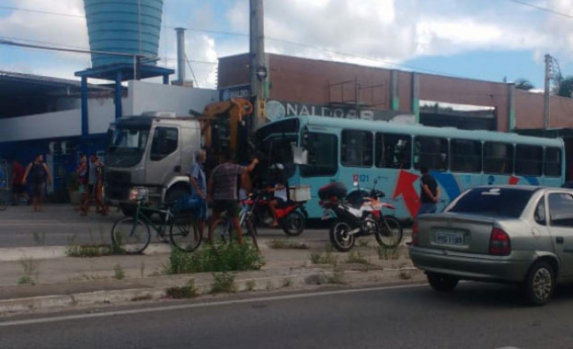 Acidente aconteceu nessa terça-feira, 5, e envolveu um ônibus e um caminhão. (Foto: Via WhatsApp)