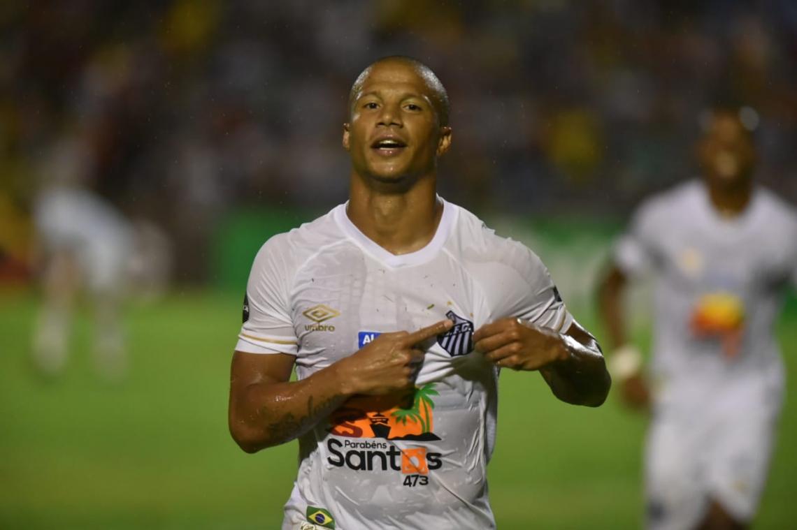 Carlos Sánchez marcou duas vezes na goleada diante do Altos-PI (Foto: divulgação/Santos)