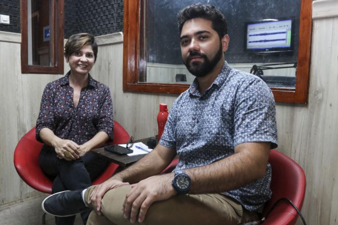 Maísa Vasconcelos e Ítalo Coriolano comandam o Recorte, podcast noticioso e analítico do O POVO (Foto: Alex Gomes/O Povo)