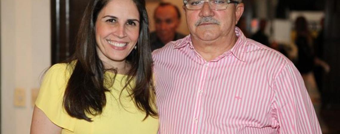 Alcimor Rocha, ao lado com sua bonita Fabíola, ganhou idade nova. Garante que vai chegar aos 100 anos sempre festejando a vida e a família