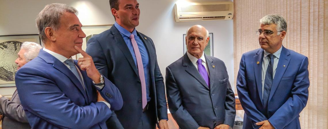 EDUARDO GIRÃO (à direita) é um dos senadores que mudaram de sigla após as eleições. Agora ele integra a bancada do Podemos