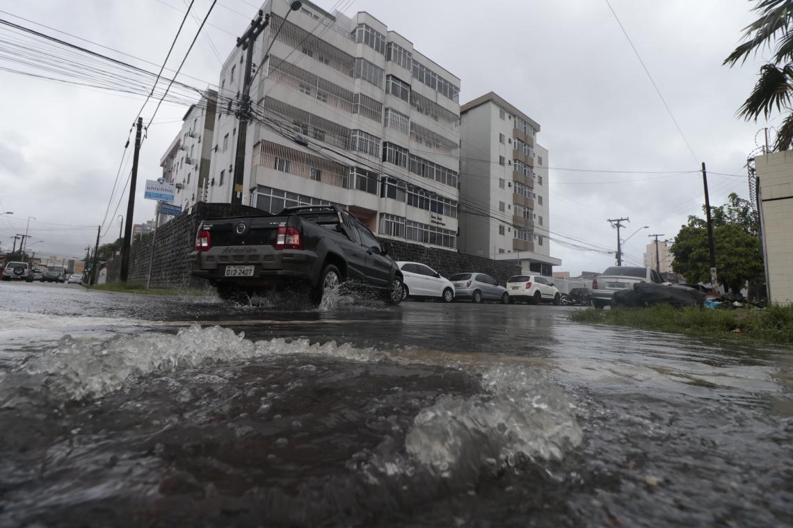 Boeiro transbordando água da chuva, Bairro de Fátima. (Gustavo Simão/ Especial para O POVO)